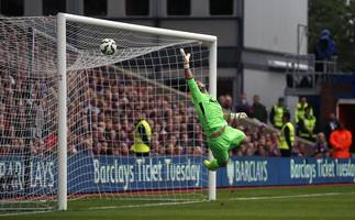 Eight-goal Southampton thrash Sunderland, Chelsea press on